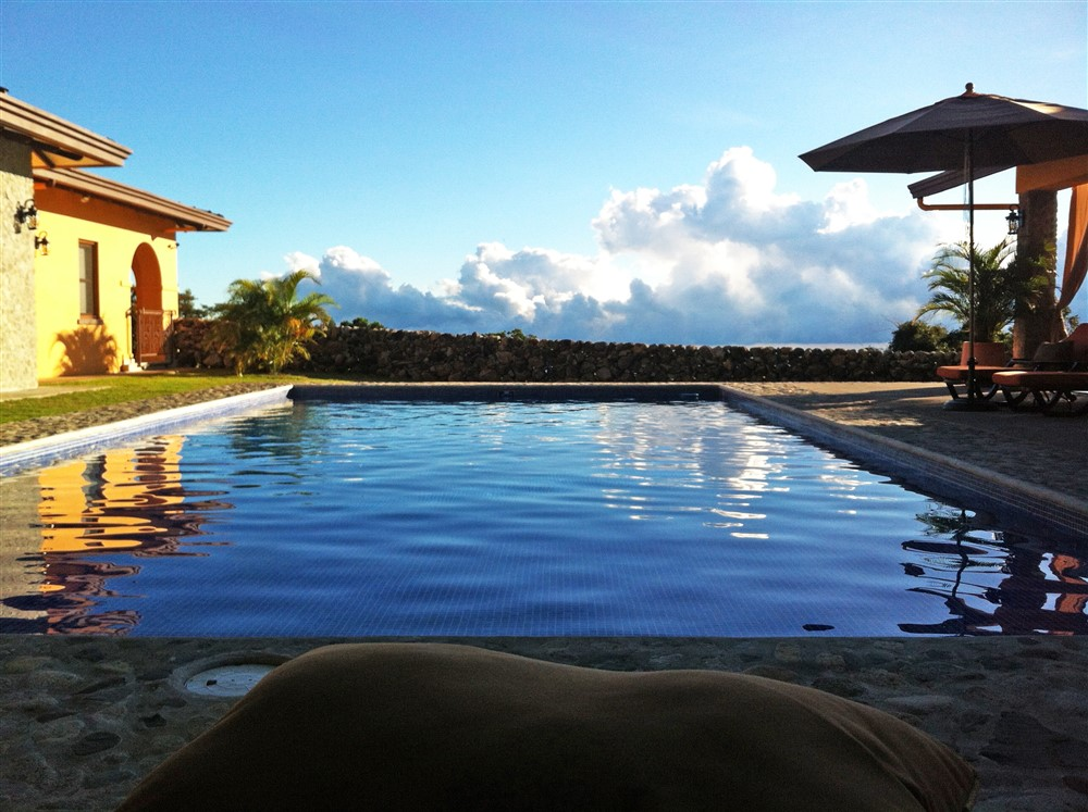 Luxury mountain estate with two sparkling glass tiled for Boquete piscina
